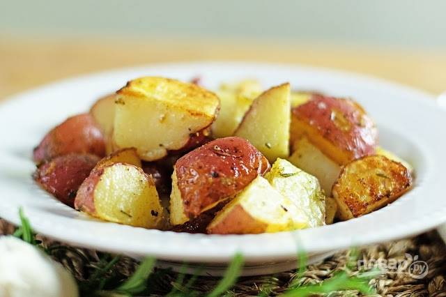 6. Вот такой аппетитный и вкусный запеченный картофель с чесноком и розмарином получился. Можно подавать к столу.