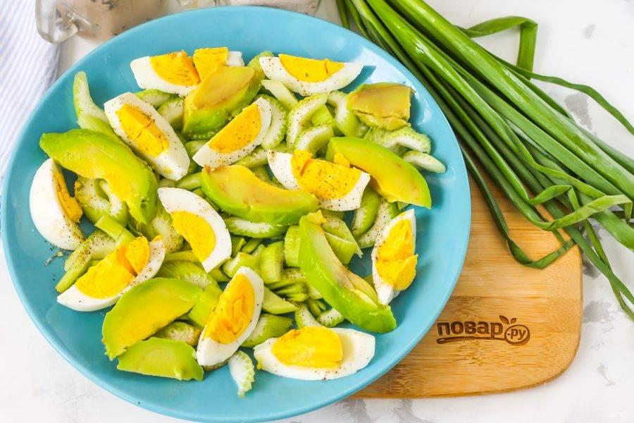 Авокадо очистите от кожуры, разрежьте пополам, удалите косточку. Нарежьте мякоть слайсами и выложите на тарелку. Чтобы она не потемнела, можно сбрызнуть ее соком лимона.