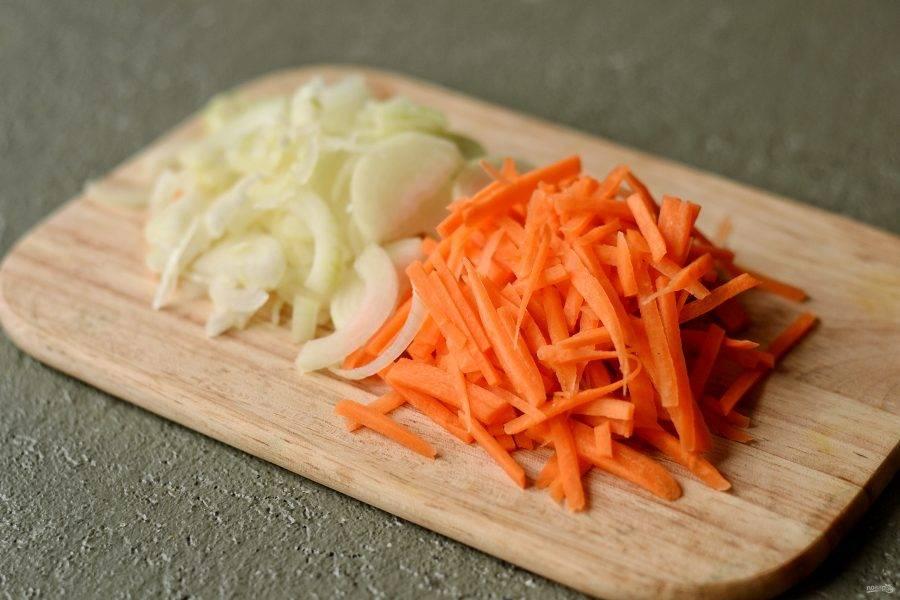 Нарежьте лук полукольцами, а морковь брусочками.