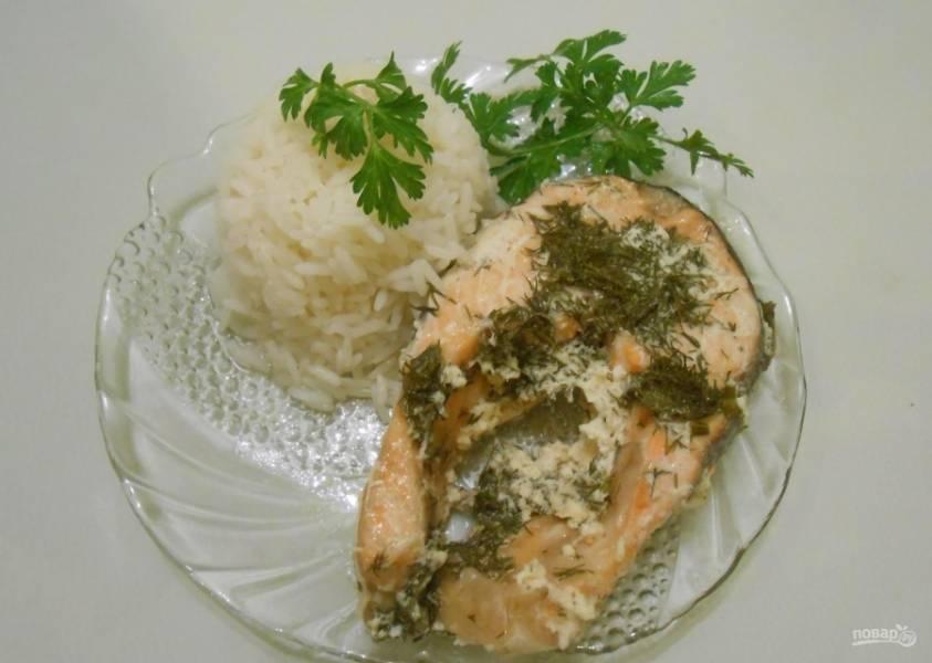 11.Подаю семгу под сливочным соусом с отварным рисом.