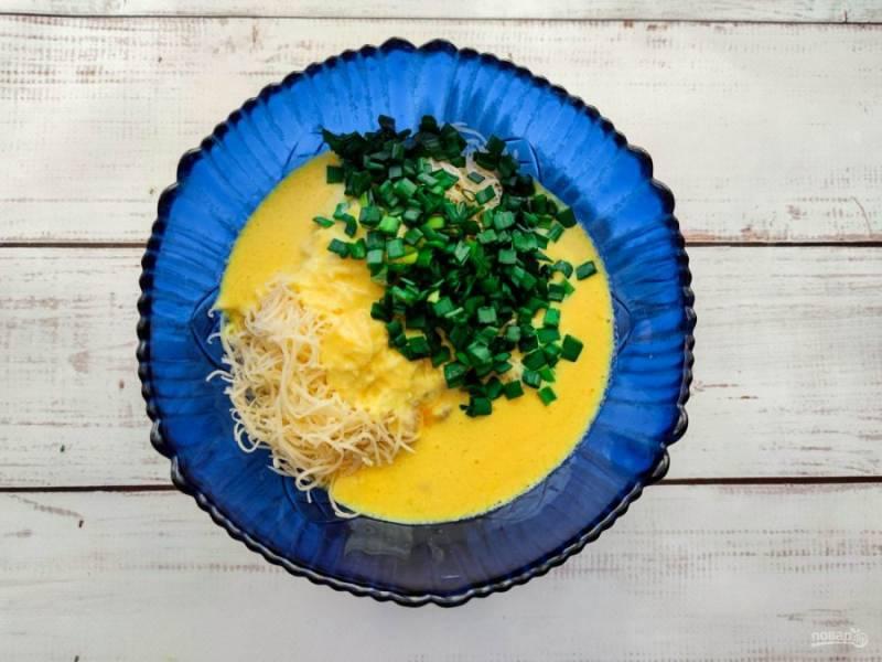 Кефир с яйцом смешайте с курицей, добавьте зелень и хорошо все перемешайте.