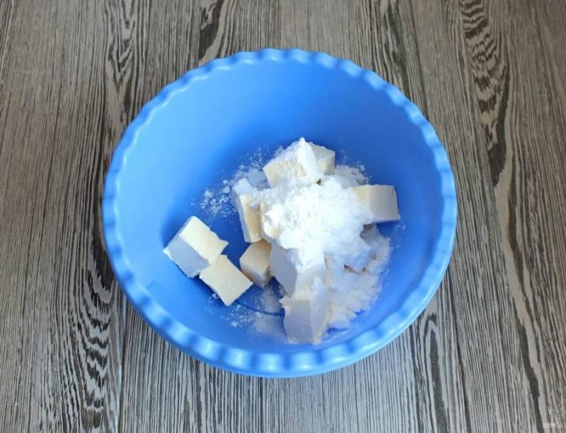 Масло комнатной температуры переложите в чашу. Добавьте сахарную пудру и взбейте до однородной массы.