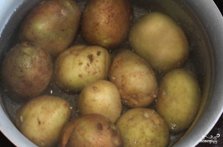 1.Отвариваем картофель в мундире. Следите за тем, чтобы он не разварился и не стал слишком мягким.
