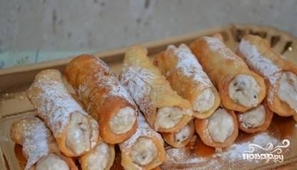 9.Посыпьте сахарной пудрой. Теперь вам известно, как приготовить итальянское пирожное «Канолли» и почувствовать себя жителем жаркого средиземноморского острова.