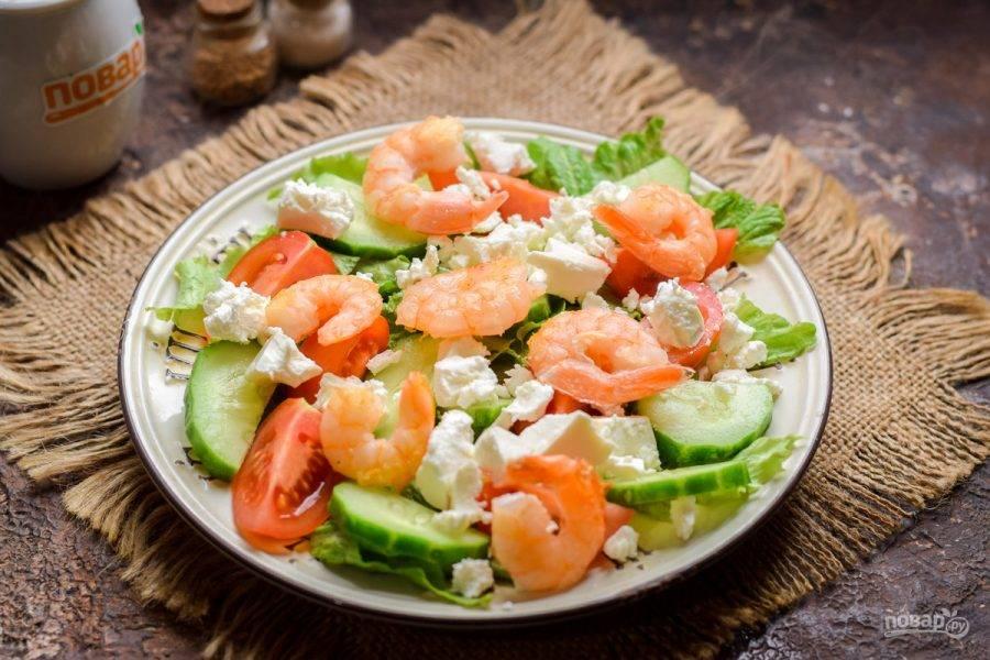 Выложите в салат креветки, сбрызните маслом и соком лимона по вкусу, добавьте соль и перец,  подавайте к столу.