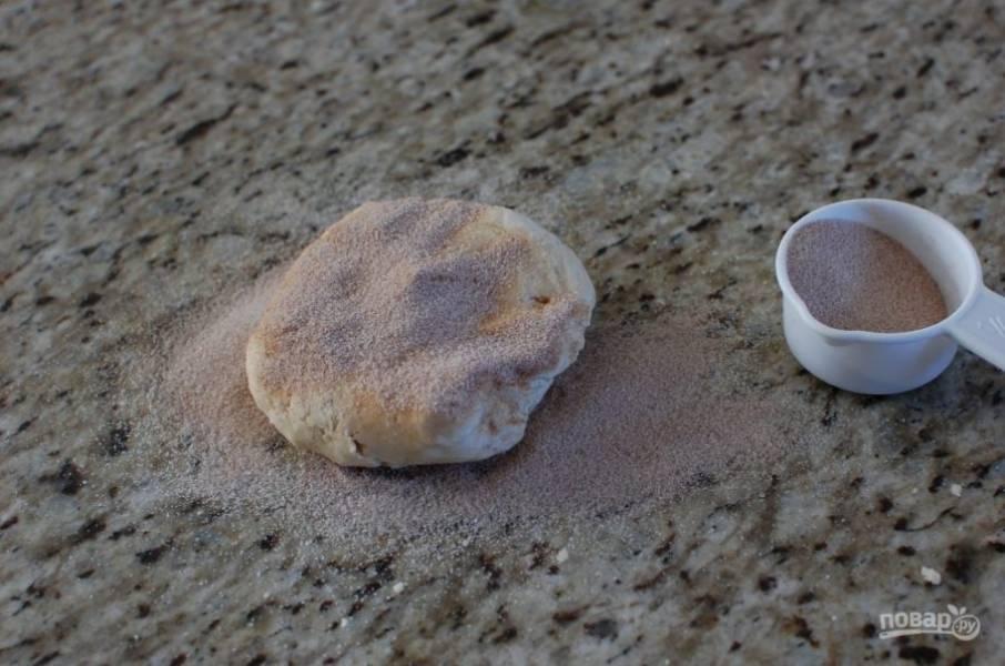 9.Возьмите 1 часть и сформируйте из нее плоский диск, посыпьте тесто ¼ частью сахара с двух сторон.