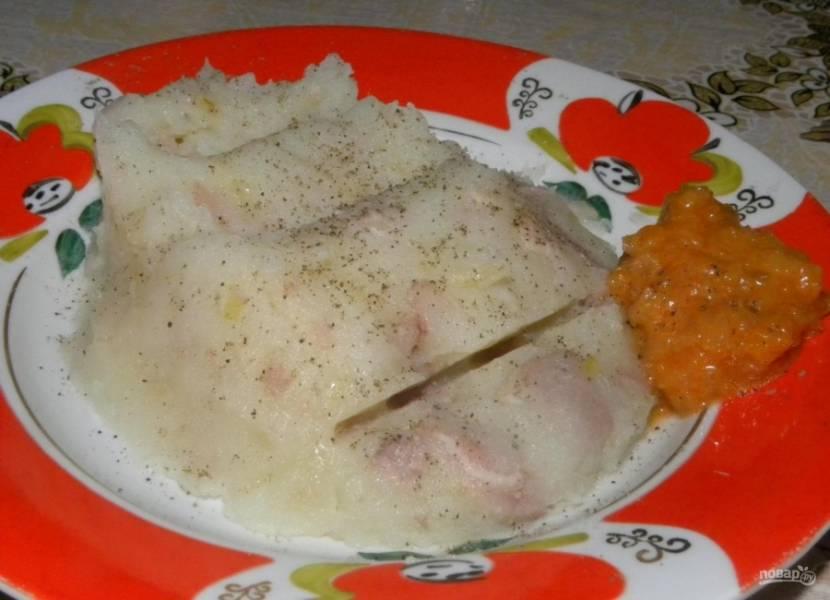 8.Подаю мятую картошку с тушенкой обязательно горячей с ложкой кабачковой икры и немного посыпаю черным молотым перцем.