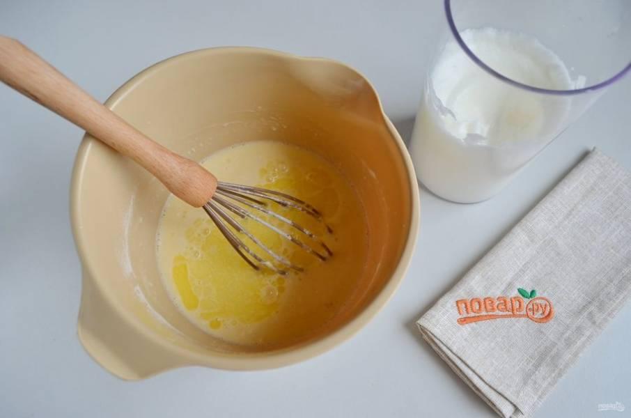 5. Растопите кусочек сливочного масла (30 г), остудите и влейте его в тесто, венчиком перемешайте.