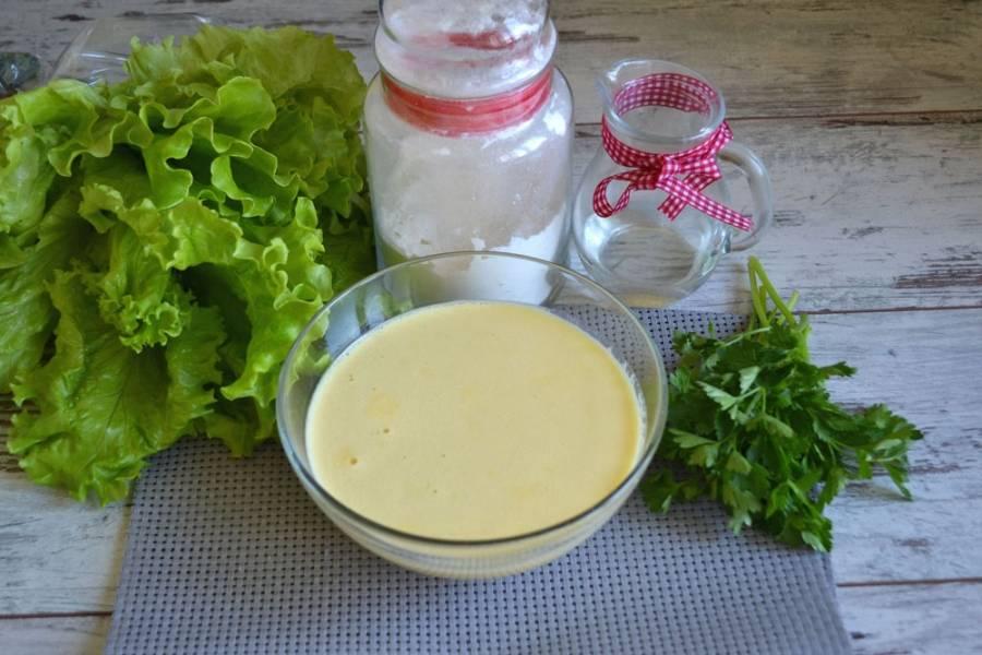 Вбейте все яйца в глубокую миску, добавьте сахар. Тщательно взбейте миксером. Добавьте все молоко, перемешайте. Порциями добавляйте муку, хорошо замешивайте тесто. В конце добавьте соль и растительное масло. Консистенция теста для блинов должна получиться, как жидкая сметана.