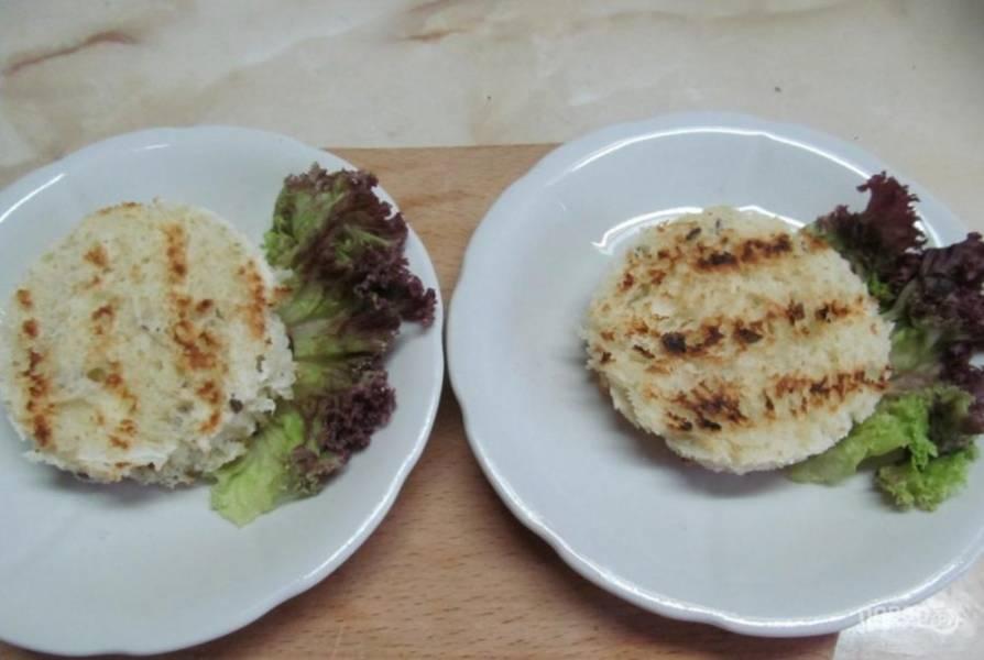 На тарелку выложите листья салата. На них положите хлеб.