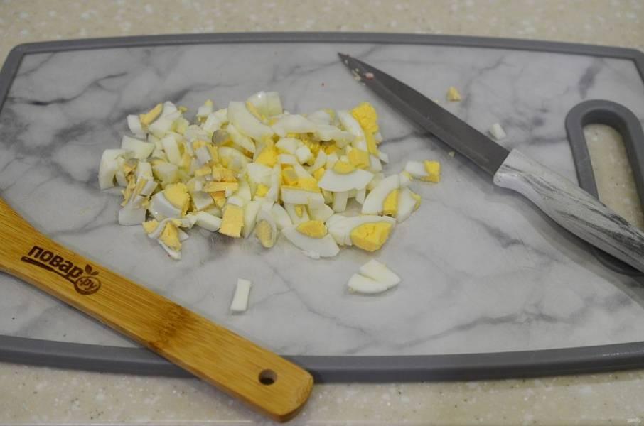 3. Яйца почистите и нарежьте кубиком.