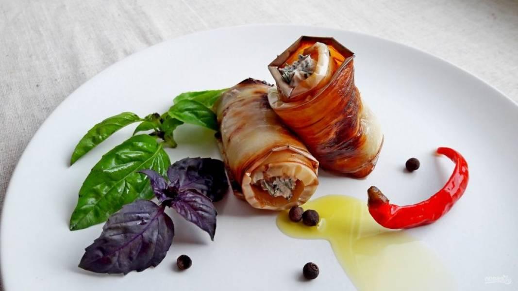 5. На толстый край баклажана положите начинку и заверните рулетиком. Выложите рулетики на блюдо и украсьте. Приятного аппетита!