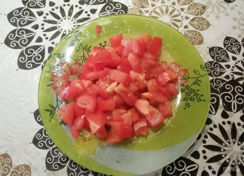 3.Крупный помидор мою, не срезаю кожуру, а сразу нарезаю овощ небольшими кубиками.