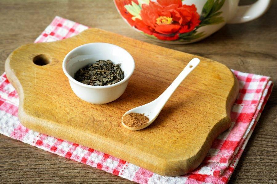Подготовьте ингредиенты для приготовления зеленого чая с корицей для похудения.