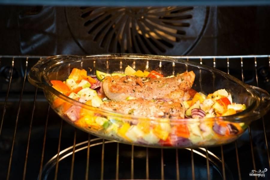 Запекайте минут 15-25. Проверьте самую толстую часть грудки на готовность, если готово - доставайте блюдо.