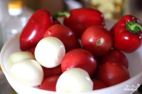 Овощи хорошенько помоем, лук очистим. Для салата лучше всего подходят помидоры сорта - сливка. Если вы используете помидоры других сортов, то лучше очистите их от кожуры. Для данного салата  подходят болгарские перцы красного цвета!