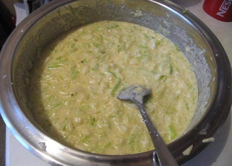 5. В глубокой мисочке соединить тесто и капусту. Как следует все перемешать, добавить щепотку сахара.