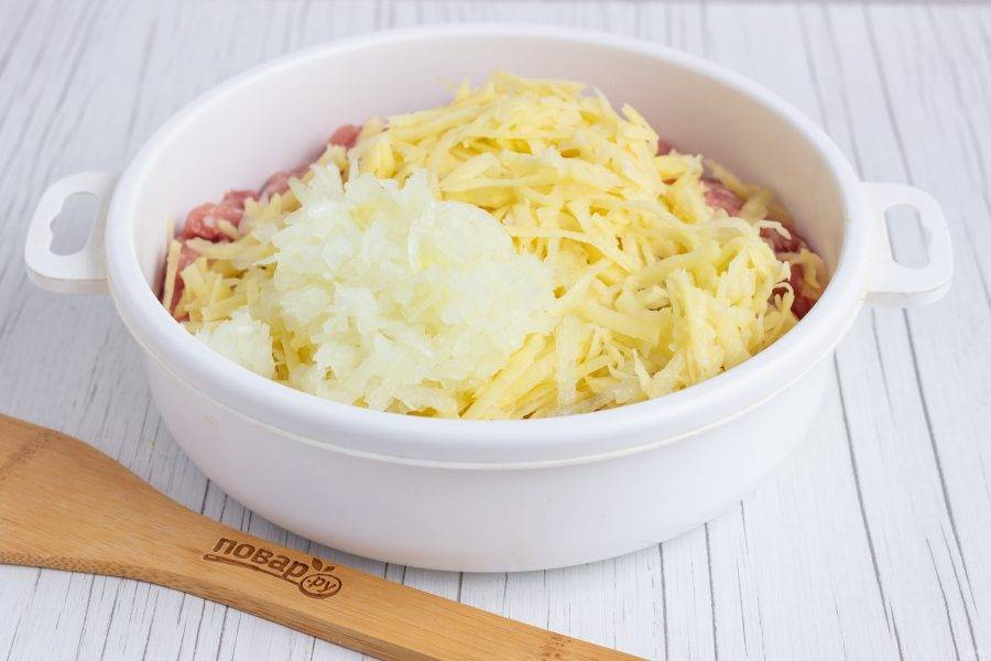 Картофель и лук натрите на крупной терке, добавьте в фарш и перемешайте.