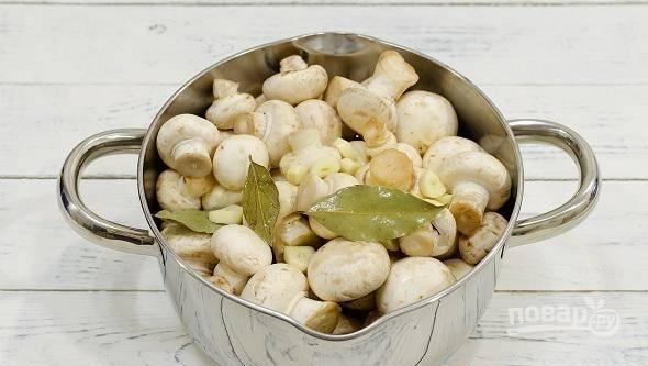 Затем промойте грибы. Выложите их в кастрюлю и влейте маринад.