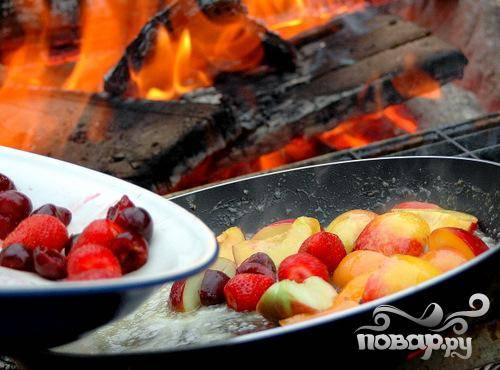 4.Высыпьте в сковородку остальные ингредиенты, за исключением нескольких целых ягодок, которые вы добавите в готовое блюдо уже при сервировке стола. Постоянно помешивая, томите фрукты еще 5-7 минут.