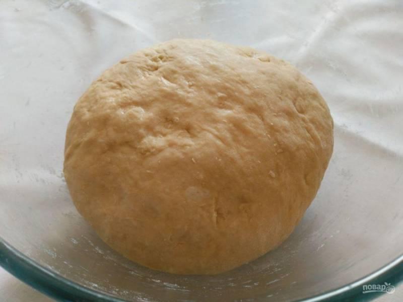 Готовое тесто накройте полотенцем или пищевой плёнкой и оставьте в тёплом месте на 50-60 минут.