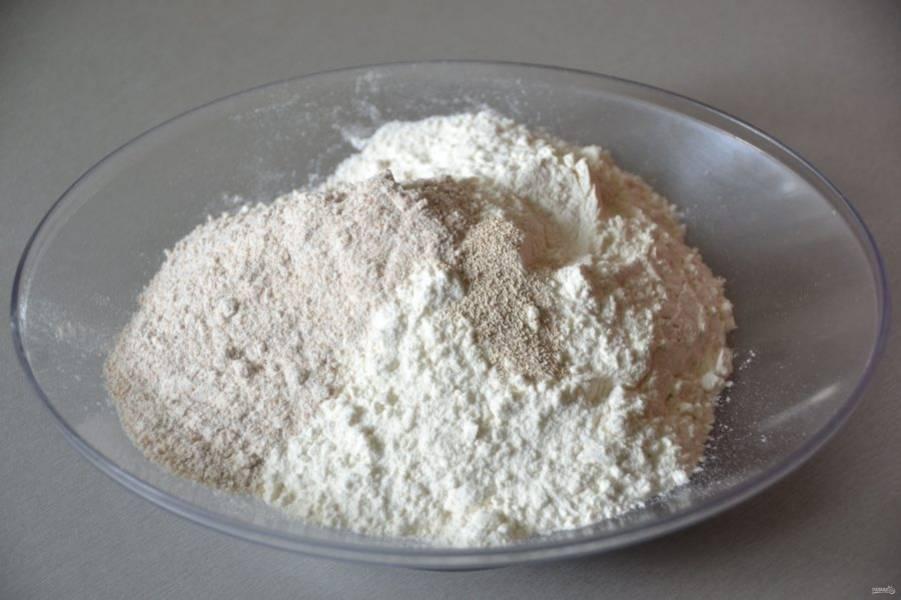 Смешайте пшеничную и цельнозерновую муку, добавьте сухие дрожжи