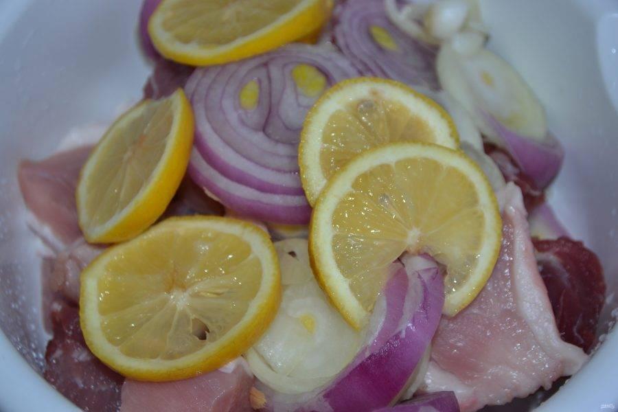 3. Добавляем лимон и лук к мясу, солим по вкусу.