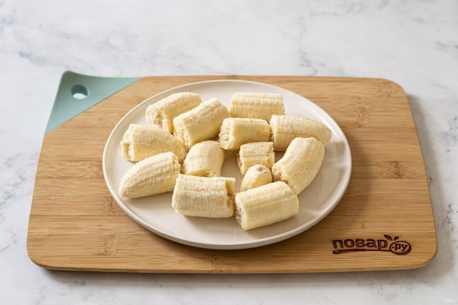 Очистите бананы от кожуры, уберите их в морозилку на 8 часов.