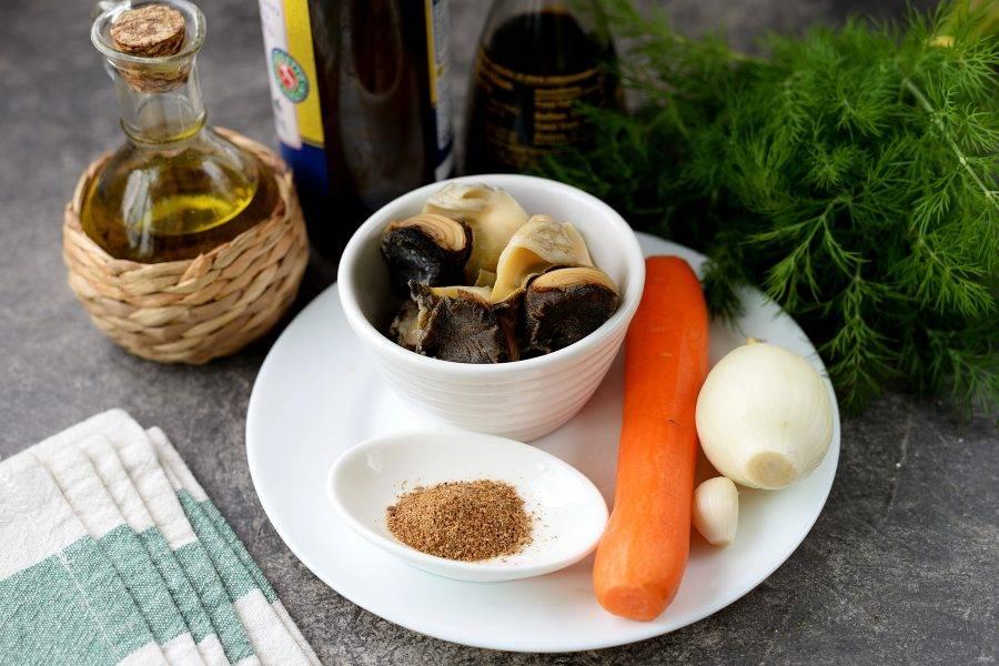 Подготовьте все необходимые ингредиенты. Морковь, лук и чеснок почистите, помойте вместе с укропом под проточной водой. Рапаны предварительно разморозьте.