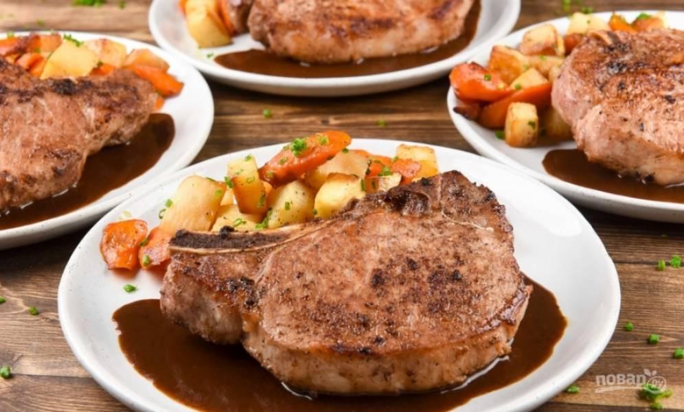 4. И вот все, пока овощи в духовке, подготовленное мясо очень быстро обжарим с двух сторон на сильном огне, как стейк. А затем подаем мясо вместе с овощами, полив остатками маринада и посыпать зеленью. Вот и все!