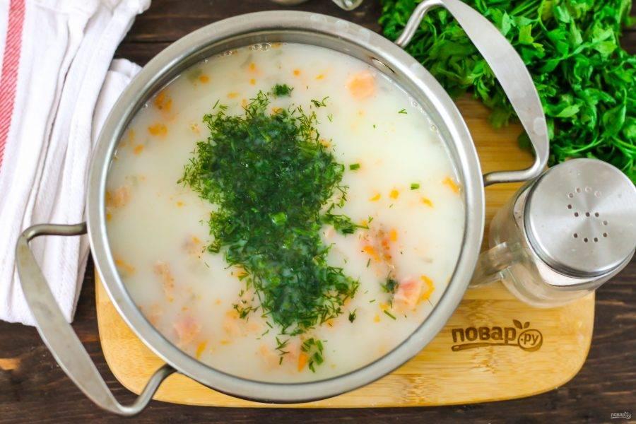 В самом конце промойте укроп и измельчите, добавьте в емкость и перемешайте. Протомите еще минуту и выключите нагрев. Имейте в виду, что если вы нальете в суп холодные сливки, то они могут свернуться при кипении!