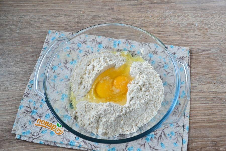 Тем временем замесите простое бездрожжевое тесто. В большую миску насыпьте муки, сделайте в ней воронку. Разбейте в воронку яйца, добавьте щепотку соли. Влейте воду и хорошенько размешайте. замесите тесто, муку добавляйте при необходимости.