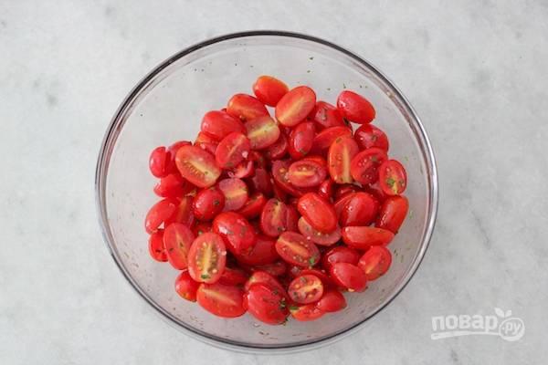 3. В другой миске замаринуйте помидоры, разрезанные напополам.