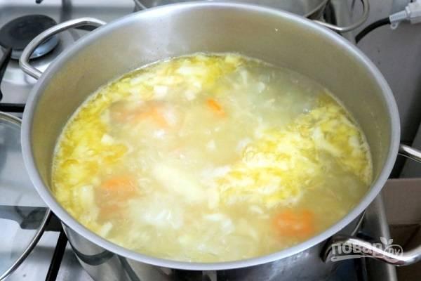 5. В бульон можно добавить также немного растительного или сливочного масла. Варите еще около 5-7 минут.