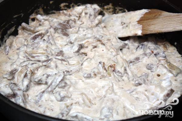 5.Следующее, что мы делаем, добавляем в мясо сметану.  Размешиваем, и даем нашему блюду немного покипеть. Затем выключаем и выкладываем в тарелку.