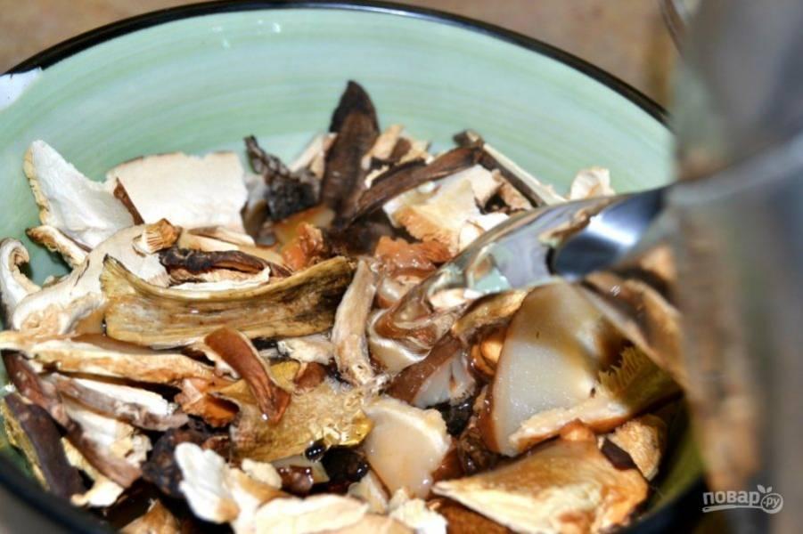 2.Залейте грибы кипятком и оставьте на 40 минут.