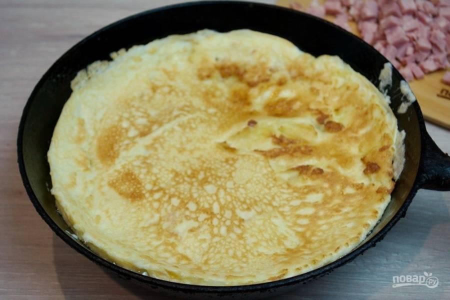 Разогрейте сковороду. Влейте на неё немного растительного масла. Вылейте омлетную массу в сковороду и обжарьте омлет.