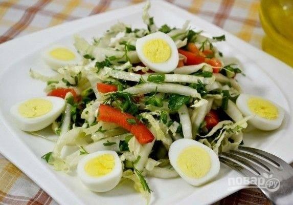 6. Полейте оливковым маслом, добавьте чуточку уксуса и перед подачей дополните яйцами. Приятного аппетита!