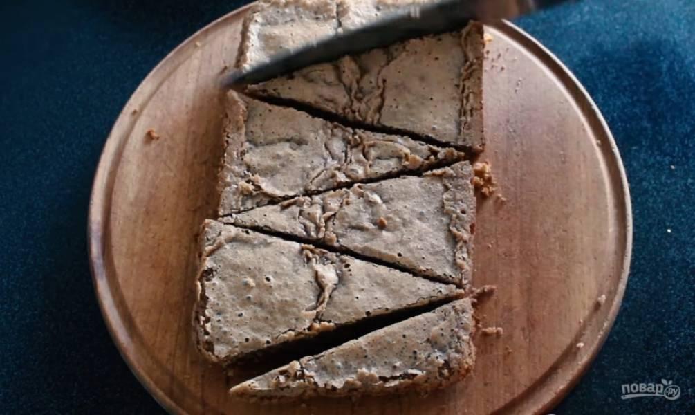 5. Смажьте форму для выпекания брауни сливочным маслом, залейте в неё тесто. При выборе формы для выпекания учтите тот факт, что брауни должен получиться высотой 1-2 см. Выпекайте в разогретой до 180 градусов духовке 30 минут. Готовность проверьте деревянной шпажкой. Разрежьте остывший брауни в форме елочек.