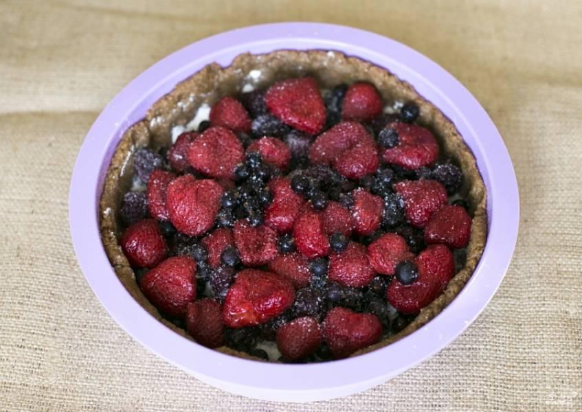 Выложите сверху равномерно ягоды. Посыпьте сахаром.