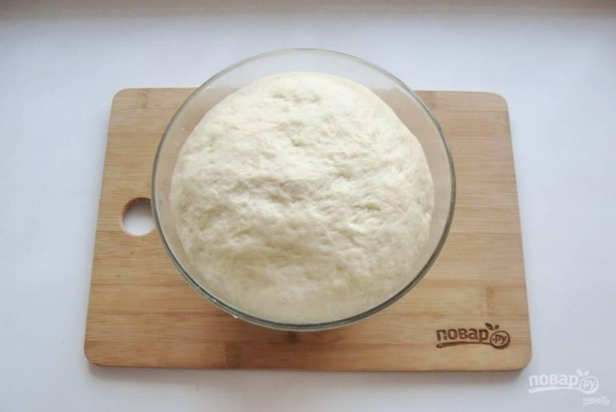 Накройте миску пищевой пленкой и поставьте в теплое место. Через час тесто увеличится в объеме.
