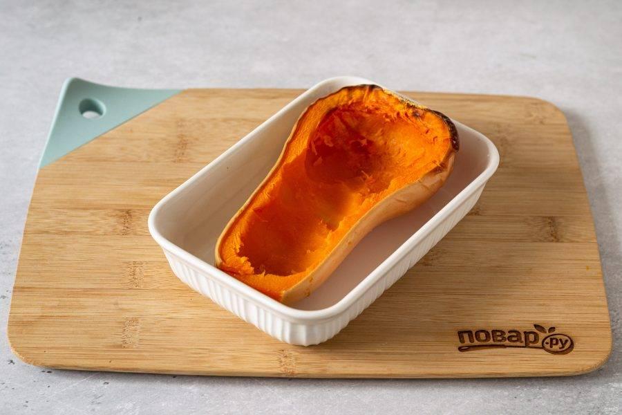 Достаньте тыкву из духовки. Ложкой соскребите часть мякоти, нарежьте ее кубиками.