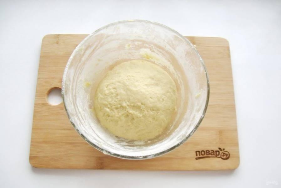 Замесите тесто. Накройте пищевой пленкой и поставьте в теплое место.