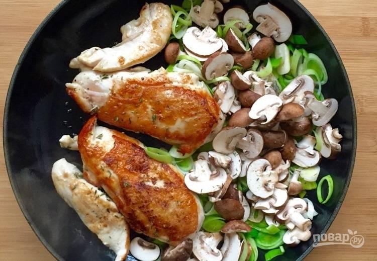 3.Нарежьте пластинками грибы, выложите к луку и мясу, обжаривайте еще 1-2 минуты.