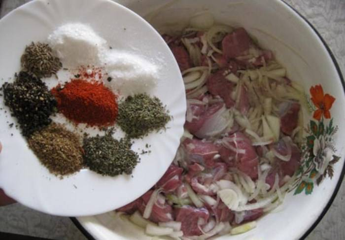 Теперь добавляем к мясу специи – возьмите по чайной ложке свежемолотого черного перца,  кориандра,  молотого красного перца, сушеного базилика, сушеного тимьяна, пол чайной ложки зиры.