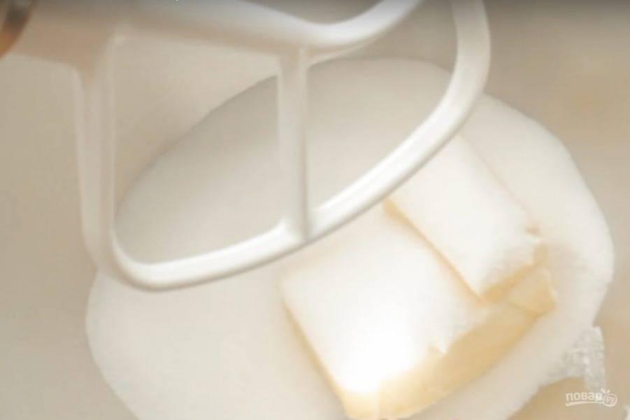 2. В чаше миксера растираем масло с сахаром.