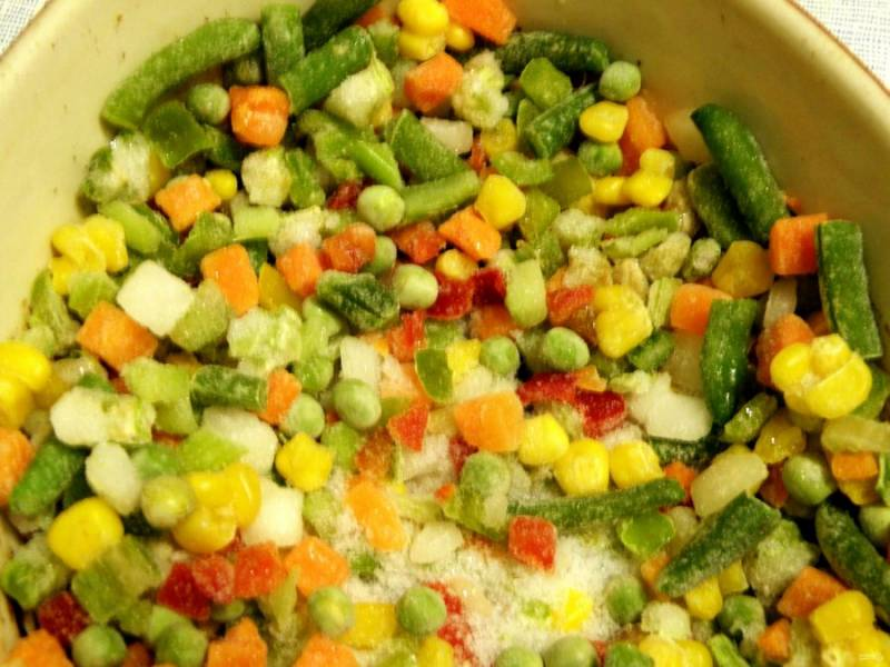 На дно формы для запекания ровным слоем выложить овощную смесь – не размораживая. У меня мексиканская, но, в принципе, можно любую. Посолить , поперчить по вкусу, добавить любимые пряности.