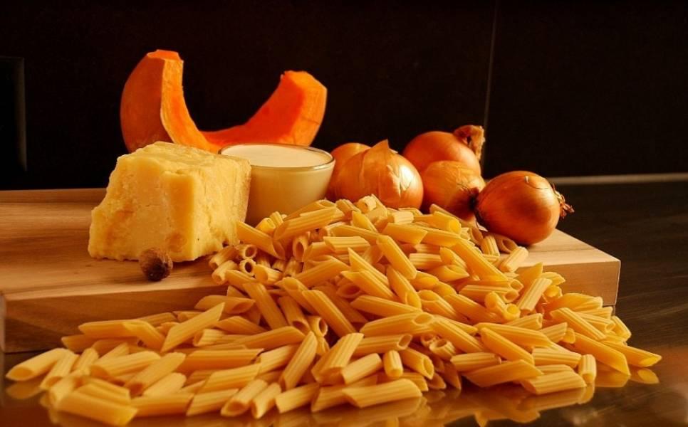 1. Вот такой простой и весьма скромный набор ингредиентов необходим, чтобы воплотить на своей кухне этот простой рецепт макарон с тыквой.