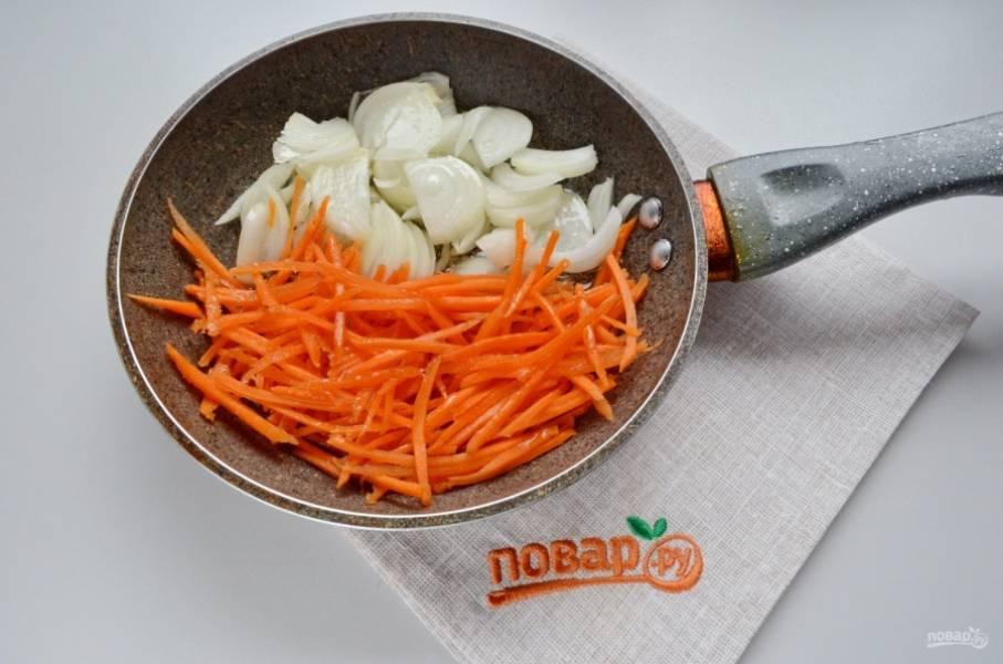Порежьте лук и морковь не слишком мелко, отправьте их на разогретую сковороду жариться до мягкости. Используйте рафинированное масло, добавьте щепотку соли.