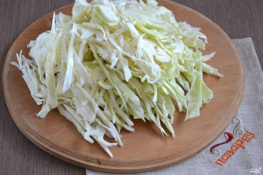 К полуготовому картофелю отправьте нашинкованную капусту.